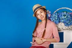 Jolie fille de l'adolescence avec un panier des fleurs Photos stock
