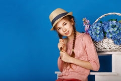 Jolie fille de l'adolescence avec un panier des fleurs Photo libre de droits