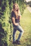jolie fille de l'adolescence dedans avec des poils photo stock
