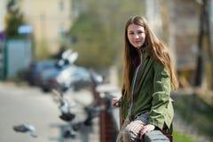 Jolie fille de l'adolescence marchant les rues de la ville photo libre de droits