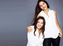 Jolie fille de l'adolescence mignonne avec la mère mûre étreignant, St de mode Photo libre de droits