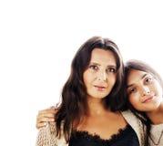 Jolie fille de l'adolescence mignonne avec la mère mûre étreignant, St de mode Images stock