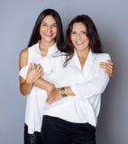 Jolie fille de l'adolescence mignonne avec la mère mûre Images libres de droits