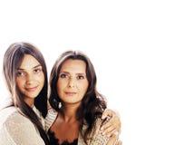 Jolie fille de l'adolescence mignonne avec la vraie mère mûre étreignant, fashi Photographie stock