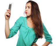 Jolie fille de l'adolescence prenant des selfies Photos stock