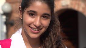 Jolie fille de l'adolescence souriant avec des accolades photographie stock