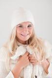 jolie fille de l'hiver dans le chapeau et l'écharpe blancs Image libre de droits