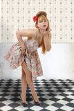 Jolie fille de pin-up envoyant des baisers Photo libre de droits