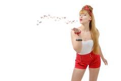 Jolie fille de pin-up envoyant des baisers et des coeurs photo libre de droits