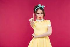 Jolie fille de pin-up stupéfaite se tenant avec la bouche ouverte Photo libre de droits