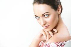 Jolie fille de portrait avec de grands yeux et sourcils foncés, avec le nake Photo stock