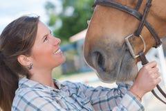 Jolie fille de portrait en gros plan et ami aimé de cheval Photo libre de droits