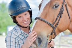 Jolie fille de portrait en gros plan et ami aimé de cheval Image libre de droits