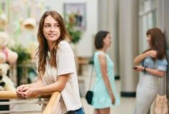 Jolie fille de sourire au centre commercial Photos stock