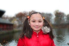 Jolie fille de sourire en parc brumeux Image libre de droits