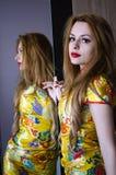 Jolie fille devant le miroir photos stock