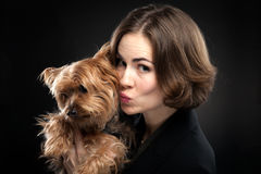 Jolie fille embrassant le chien mignon Photo stock