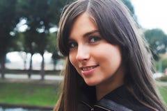 Jolie fille en stationnement Image libre de droits