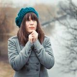 Jolie fille en temps froid en parc dehors, portrait de vintage Photos stock