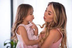 Jolie fille envoyant le baiser d'air à sa maman Photos stock