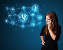 Jolie fille faisant l'appel téléphonique avec les icônes sociales de réseau Image libre de droits