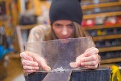 Jolie fille faisant l'artisanat dans l'atelier photographie stock