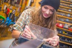 Jolie fille faisant l'artisanat dans l'atelier images stock