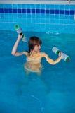 Jolie fille faisant l'exercice aérobie d'aqua Photos libres de droits