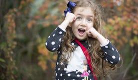 Jolie fille heureuse étonnée wow photo libre de droits
