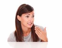 Jolie fille hispanique avec le geste d'échouer Images stock