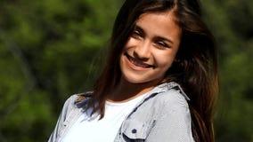 Jolie fille hispanique de l'adolescence banque de vidéos