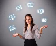Jolie fille jonglant avec les graphismes elecrtonic de dispositifs Image stock