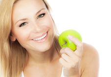 Jolie fille mangeant la pomme Photo libre de droits
