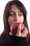 Jolie fille mangeant une pomme Photo libre de droits