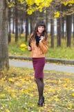 Jolie fille mince dans une forêt d'automne photographie stock libre de droits