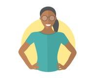 Jolie fille noire sûre en verres Icône plate de conception Femme résolue avec des bras sur les hanches Vecteur d'isolement simple illustration libre de droits