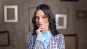 Jolie fille occasionnelle réussie utilisant la veste à la mode de bureau posant regardant le plan rapproché moyen de caméra clips vidéos