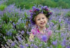 Jolie fille parmi les fleurs de la lavande Photos stock