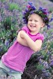 Jolie fille parmi les fleurs de la lavande Photographie stock