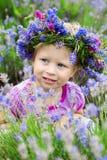 Jolie fille parmi les fleurs de la lavande Image libre de droits