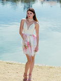Jolie fille posant avec le backgroud de lac Photo stock