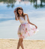 Jolie fille posant la floraison de port Photo stock