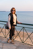Jolie fille posant sur le bord de la mer Photo stock