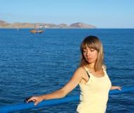 Jolie fille près de la mer en soirée image libre de droits