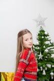Jolie fille préparant l'arbre de Noël Photographie stock