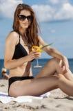 Jolie fille s'asseyant sur la plage images libres de droits