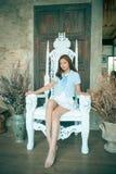 Jolie fille s'asseyante travaillant à un trône majestueux Images libres de droits