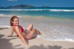 Jolie fille s'exposant au soleil Photographie stock libre de droits
