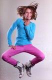 Jolie fille sautant haut, danse et fonctionnement photo libre de droits