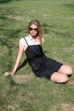 Jolie fille se reposant sur l'herbe Photo stock